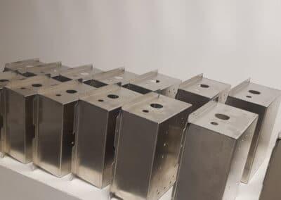 Assemblage de boîtiers de tolerie fine pour électronique